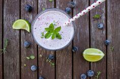 Heidelbeer-Lassi! Das gesunde Frühstück. 250 g Joghurt, 3-4 EL Wasser, ein Schuss Limettensaft, 1 Handvoll Heidelbeeren mixen - Enjoy!