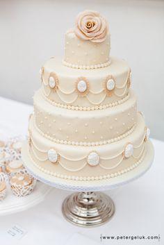 pearl cameo weddingcake