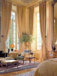 Französisches Schlafzimmer hohe Decke Urne Dekor Porvincial Louis Queen Anne Stuhl Moulding - make up - dekoration Beautiful Bedrooms, Beautiful Interiors, Tall Windows, Ceiling Windows, French Windows, Decoration Inspiration, Home Decoration, Room Inspiration, Traditional Bedroom