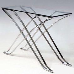 Curvanno konzolasztal áttetsző 120x40x81 cm GG-1038 A Curvanno áttetsző konzolasztala pompás szépségével garantáltan beragyogja előszobádat. Robusztus, erős lábai rozsdamentes acélból készültek, így biztosítják az asztal kiváló tartását. Átlátszó, edzett üveg asztallapja görög stílusú mintáival még egyedibbé varázsolja a rendkívül jó minőségű alapanyagokból készült bútort.
