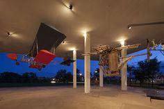 Uma das instalações do artista chinês Cai Guo-Qiang, que ganha mostra em SP, recria planadores para sugerir um ambiente lúdico e transgressor (Foto: Joana França/DIVULGAÇÃO)
