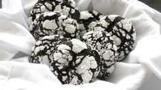 Chocolate Crinkles - delicious and easy cookies with a sugar crust and a fudgy interior. Chocolate Crinkle Cookies, Chocolate Crinkles, How To Make Chocolate, Melting Chocolate, Crinkles Recipe, Cookies Light, Cookie Recipes, Dessert Recipes, Chewy Brownies