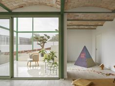 Green steel grid embraces the Brick Vault House by Space Popular in Valencia, Spain Brick Arch, S Brick, Brick Vault, Living Area, Living Spaces, Spanish Villas, Concrete Stairs, Shades Of Beige, Building Structure