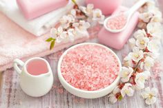 This DIY Himalayan pink salt scrub is made with all natural ingredients that you probably already have in your kitchen Body Scrub Recipe, Diy Body Scrub, Natural Body Scrub, Natural Skin Care, Natural Beauty, Natural Glow, Diy Peeling, Sea Salt Scrubs, Himalayan Pink Salt