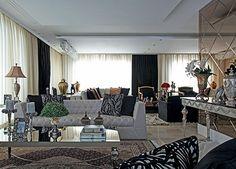 Mobiliário folheado a ouro, cortinas de seda e veludo e paredes ricas em texturas compõem o décor ultrassofisticado deste apartamento na capital paranaense. Projeto Alexandra Garcia
