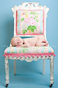 photo-baby-asleep-on-vintage-chic-chair