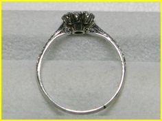 刻印無し、検査にてPt950. 9.5号、幅6.56mm, 1.78g. センターストーンはSIクラスの照りあるラウンドブリリアンカットで、脇石はカラーレスのアンティークシングルカットのダイヤ