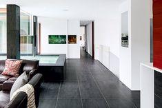 Une maison ouverte sur l'extérieur | Les idées de ma maison Vestibule, Style Californien, Salons, Divider, Room, Furniture, Home Decor, Cedar Deck, Freestanding Tub