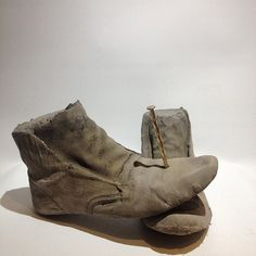 Les marcheurs (walkers). 2016. Béton, clou, feuille d'or. #sculpture #artcontemporain #contemporaryart #migrants Feuille D'or, Wedges, Sculpture, Instagram Posts, Shoes, Fashion, Contemporary Art, Moda, Sculpting