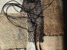 edición especial mono: bolsos y bolsitas de fibra de chaguar tejidas y teñidas a mano