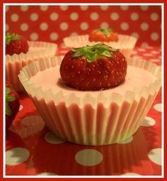 Mini Kwarktaartjes. Nodig: dr. oetker kwarktaart + ingr., Aardbeien, Siliconen muffinvormpjes, muffinvorm.  Werkwijze: Stop de silic. vormpjes in bakblik. Bereid de bodem en kwark. Was en droog de aardbeien voorzichtig. Schep in elk vormpje een el bodem en druk dit stevig aan. 10min. opstijven. Vul de vormpjes met kwark, stop in elk vormpje een aardbei. 2,5 uur opstijven in koelkast. 3 kwartier in vriezer om ze makkelijk uit het vormpje te pellen. Laat ze verder ontdooien en serveren maar.