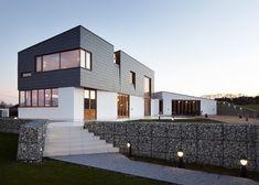 Alma-nac skews upper level of Split House to capture sea views