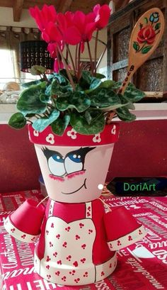Nuova arrivata...nonna Ortolani Flower Pot Art, Clay Flower Pots, Flower Pot Crafts, Clay Pots, Clay Pot Projects, Clay Pot Crafts, Diy Clay, Diy And Crafts, Flower Pot People