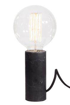 Pöytävalaisin, jonka sorvattu sylinterinmuotoinen jalka luonnonmarmoria. Musta kangaspäällysteinen johto, jossa katkaisin. Korkeus lampun kanssa 26 cm. Halkaisija 12 cm. Lampunpidike E27. Enintään 60 W, lamppu ei mukana. <br><br>