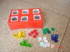 Que tal criar o jogo e se divertir com materiais simples?   Vamos pensar em alguns materiais que podemos (re)aproveitar?     *Tampinhas de ...