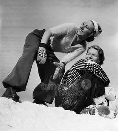 Mode - Wintersport-Mode für Frauen ullstein bald 1937 - Regine Relang/Timeline Images #30ies #30er #fashion #style #historisch #Schnee #Accessoires #Frauenmode #Damenmode #Wintermode #Strickpullover #Handschuhe #Freude #schwarzweiß #fashion #Nostalgie