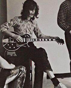 Jimmy tuning his Gibson Les Paul Custom aka the Black Beauty.