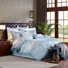 The blue geometric inspired pattern of the Castello comforter creates a luxurious sophisticated feel to your bedroom. The slight sheen of the dusty blue border adds an extra glamorous touch to this look. A solid blue covers the reverse. Three decorative pillows with blue detailing complete the look.