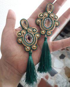 No hay descripción de la foto disponible. Soutache Earrings, Tassel Earrings, Drop Earrings, Shibori, Fashion Moda, Jewerly, Piercings, Handmade, Ear Rings