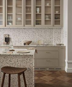 Swedish Kitchen, Nordic Kitchen, Classic Kitchen, Scandinavian Kitchen, Kitchen Dining, Scandinavian Design, Deco Addict, Shaker Kitchen, Upper Cabinets