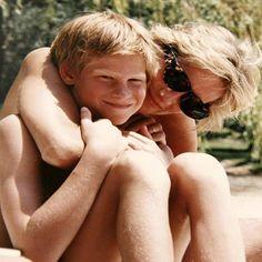 """O @kensingtonroyal divulgou uma série de fotos e vídeos históricos que mostram a rotina da #princesaDiana com os príncipes Harry e William. """"Nossa mãe era uma eterna criança"""" contou Harry em uma das partes do documentário """"Diana nossa mãe: sua vida e seu legado"""" que será transmitido hoje no Reino Unido. Para ver mais só correr no link da bio! (: @kensingtonroyal )  via GLAMOUR BRASIL MAGAZINE OFFICIAL INSTAGRAM - Celebrity  Fashion  Haute Couture  Advertising  Culture  Beauty  Editorial…"""