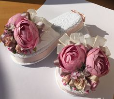 Fashion Blog New Project Ideas, Bedroom Slippers, Felt Shoes, Mode Blog, Bridal Shower Gifts, Ribbon Embroidery, Handmade Flowers, Corsage, Flower Crown