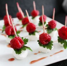 You have to test ♥ You need 6 bag of mozzarella mini Fresh leaf pack. fresh raspberries Zeta balsamic raspberriesDo this wayTry mozzarella, leaf parsley and raspberries on a toothpi Snacks Für Party, Appetizers For Party, Appetizer Recipes, Food Platters, Appetisers, Creative Food, Food Presentation, Food Design, Finger Foods