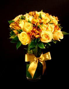 31da53de4 Bouquet de rosas amarelas selecionadas e Austroemerias em cilindro de vidro