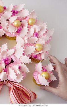 DIY Cupcake Wreath 🍥 Wow guests with this stress-free dessert. Diy Cupcake, Cupcake Wreath, Cupcake Cakes, Cupcake Ideas, Cupcake Display, Cupcake Recipes, Holiday Cupcakes, Christmas Desserts, Christmas Treats