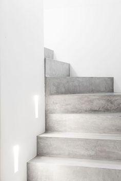 Esthete Label love - escalier beton © foto: vincent duterne © architecture: www.be Source by sd Concrete Staircase, Concrete Floors, Concrete Steps, Stairs Architecture, Interior Architecture, Famous Architecture, Architecture Sketchbook, Light Architecture, Interior Design
