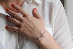 Bracelet branche argentée.