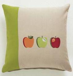 Housse de coussin brodée motifs pommes - Collection Si champêtre par Françoise Saget