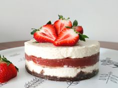 Mansikkarahkakakku - Katso herkullinen resepti! - Maitokolmio.fi Cheesecake, Desserts, Food, Tailgate Desserts, Deserts, Cheesecakes, Essen, Postres, Meals