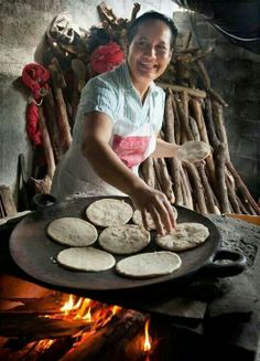 EL SALVADOR our traditional food So delicious tortillas filled with cheese or pork served with a marinated cabbage mix. I long for it - Páginas Amarillas El Salvador Tortillas, El Salvador Food, Salvadoran Food, Open Fire Cooking, Delicious Catering, Saveur, International Recipes, Central America, Street Food