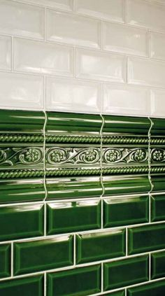 Add Period Charm to your walls Green Victorian Metro Tiles Green Victorian Metro Tiles are an increasingly hard to find design classic. These Racing Green Victorian Metro Tiles can be used on. Victorian Style Bathroom, Vintage Bathrooms, Victorian Design, Metro Tiles Bathroom, Metro Tiles Kitchen, Green Subway Tile, Green Tiles, Verde Vintage, Jugendstil Design