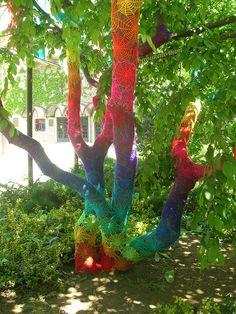 Yarn Bombing / Guerrilla Crochet – A Collection Trees Tumblr, Guerilla Knitting, Street Art Utopia, Crochet Tree, Modern Crochet, Environmental Art, Over The Rainbow, Land Art, Public Art