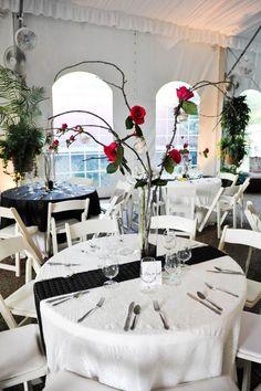 décoration de table mariage noir et blanc et centre en branches et roses
