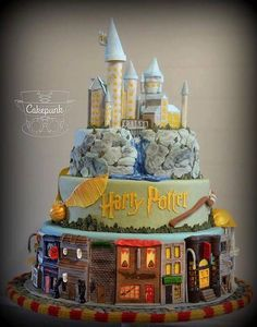 A Harry Potter cake that actually has cute colors! Harry Potter stuff never has cute colors! Bolo Harry Potter, Harry Potter Fiesta, Gateau Harry Potter, Harry Potter Birthday Cake, Harry Potter Food, Harry Potter Wedding, Harry Potter Theme, Harry Potter Fandom, Harry Potter Treats Sweets