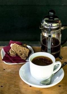 Coffee shops in Karuizawa 今や東京でもコーヒー好きでは知らない人のいない人気店になった「丸山珈琲」が生まれた場所は軽井沢。星野エリア・ハルニレテラスの店は、すぐそばを流れる川のせせらぎとマイナスイオンたっぷりの空気を生み出す...