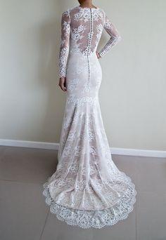 Illusion et lillusion encolure dos dentelle robe de mariée en silhouette trompette et manches longues  La robe est faite en atelier européen et est