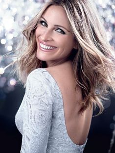 "Julia Roberts is a very ""pretty woman"" in a long-sleeve, white fully-beaded dress Christina Aguilera, Beautiful Smile, Beautiful People, Beautiful Women Over 40, Gisele Bündchen, Olivia Newton John, Diane Kruger, Hollywood Stars, Famous Faces"