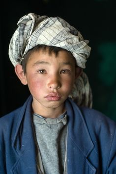 Hazara boy from Bamiyan, Afghanistan (photo by Steve McCurry ) <> (children of the world, kids) Steve Mccurry, Kids Around The World, We Are The World, People Around The World, Hazara People, Beautiful Children, Beautiful People, World Press Photo, Portraits