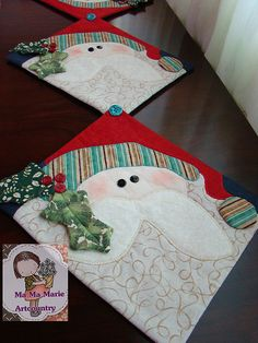 One could be a mug rug and several linked is a table runner Christmas Runner, Noel Christmas, All Things Christmas, Christmas Decorations, Xmas Crafts, Christmas Projects, Diy Crafts, Table Runner And Placemats, Quilted Table Runners