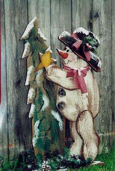 Kreative Ideen für Weihnachtsdekoration-Schneemann und Tanne aus Holz mit Farben bemalt
