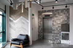 이전에 소개해드렸던 INSIDE 50 과 왼쪽에 SOLERAS를 붙였답니다.  자연스러운 채광이 SOLERAS를 더욱 돋보이게 하는거같아요 ^_^ #tile #tiles #sangahtile #interior #design #interiordesign #deco #elevator #elevator door #natural #modern #타일 #인테리어 #디자인 #상아타일 #엘리베이터 #내추럴 #전시장
