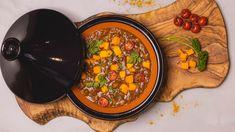 Deze Sareva Tajine zwart is een traditionele kookpot uit Noord Afrika en wordt gebruikt voor het langzaam garen van vlees, vis en groentegerechten. De tajine is gemaakt van aardewerk en heeft een diameter van 30 cm. Dit is goed voor 3 á 4 personen. Het aardewerk neemt de warmte gelijkmatig en traag op en houdt het daarna lang vast. De tajine kan gebruikt worden op het gasfornuis, (een vlamverdeler wordt aangeraden), elektrisch fornuis en oven. Chana Masala, Ethnic Recipes, Food, Essen, Meals, Yemek, Eten