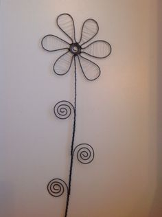 Diy Crafts Tools, Wire Crafts, Diy And Crafts, Diy Projects To Try, Garden Projects, Copper Wire Art, Metal Yard Art, Wire Flowers, Wood Burning Art