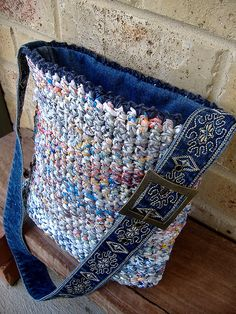 ideas for crochet jeans bag Plastic Bag Crafts, Plastic Bag Crochet, Recycled Plastic Bags, Plastic Grocery Bags, Recycled Denim, Crochet Handbags, Crochet Purses, Crochet Tote, Tricot Simple