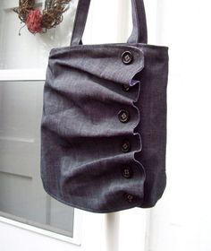 Cornouiller Ruffle Bag gris par SweetgumHandbags sur Etsy Plus Ruffles Bag, Ruffle Skirt, Diy Sac, Denim Bag, Fabric Bags, Big Bags, Fabric Manipulation, Handmade Bags, Handmade Items