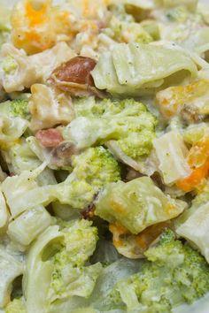 Un plato agridulce de pasta con nata y dátiles con brócoli y bacon. Es un plato completo, sabroso y cremoso, ¡ideal para todos!  http://elbauldelasdelicias.blogspot.com.es/2014/10/pasta-con-nata-y-datiles-con-brocoli-y.html